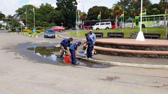 [Insolite] : Des «cleaners» assèchent une flaque d'eau devant l'entrée de l'auditorium Octave-Wiehe