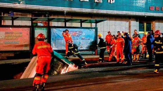 Chine : un bus englouti par la chaussée, 6 morts