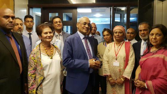 Vishnu Lutchmeenaraidoo : Le ministre démissionnaire pose pour une dernière photo avec les membres de son staff
