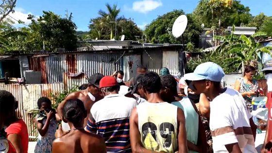 À Cité-La Cure - Distribution de vivres aux nécessiteux : seuls ceux sous le SRM et ne travaillant pas sur la liste, certains protestent