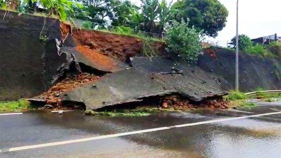 Aperçu à Rivière-des-Créoles : effondrement d'un mur de soutènement sur la route en direction de Ferney