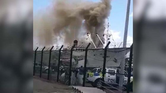 Au Port : un bateau de pêche en proie aux flammes