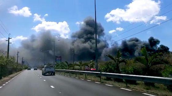 Vale : prudence sur la route, un incendie provoque une épaisse fumée noire