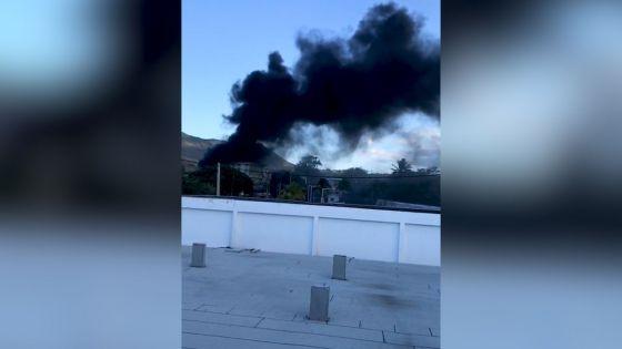 Pailles : épaisse fumée noire et pneus en feu