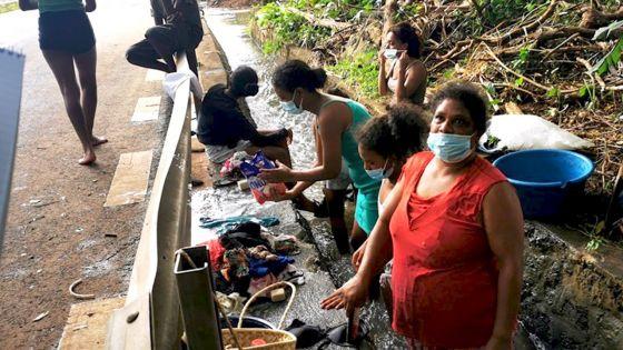 Aperçue à Anse-Jonchée : Fia se transforme en lavandière … d'un jour