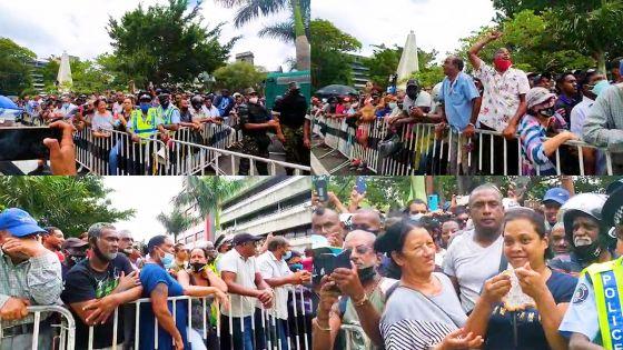 Un homme dans la foule rassemblée non loin de la New Court House : «Nou pas oule la loi de la jungle !»