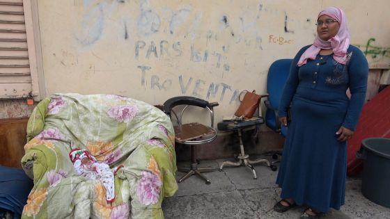 Expulsés de leur maison, un bébé d'un Expulsés  et sa famille à la rue