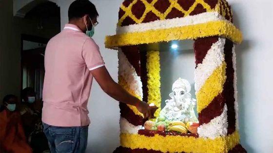 Les dévots procèdent au rituel murthi stapna du dieu Ganesh