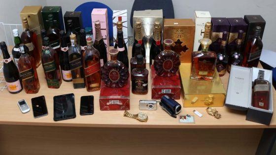 Importante opération de l'Icac contre le trafic de drogue : des grosses cylindrées, du whisky et du champagne saisis