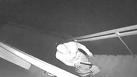 La Tour-Koenig : un voleur filmé en train de traverser une balustrade pour cambrioler une maison