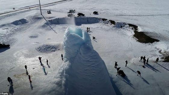 Étonnant spectacle d'un «volcan de glace» de 14 mètres au Kazakhstan