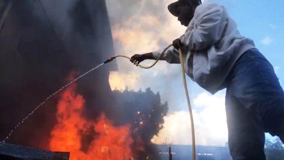 Route des Pamplemousses, Port-Louis : une maison en proie aux flammes