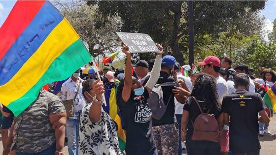 Mahébourg : la foule se rassemble peu avant le départ de la marche
