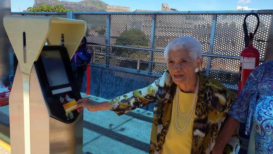 À 12 ans, elle a voyagé en train Antoinette de Robillard, 104 ans, prend le métro