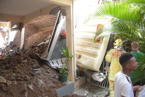 Un camion encastré dans la façade d'une maison à Tranquebar : 15 jours après l'incident, le véhicule toujours sur place