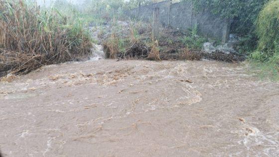 Cours et maisons inondées : des sinistrés se plaignent du système de drains