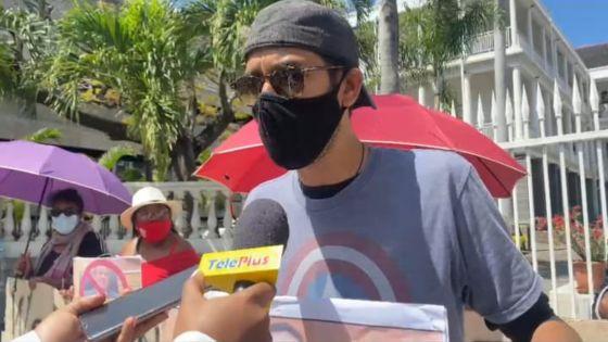 Devant le Parlement : une dizaine de manifestants réclament le départ de Yogida Sawmynaden en tant que député