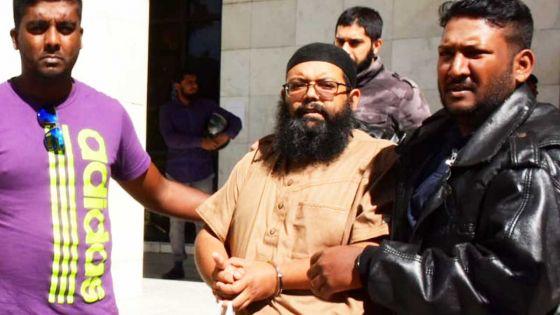 Rassemblement illégal: Javed Meetoo fait une brève déclaration à la presse avant d'être reconduit en cellule