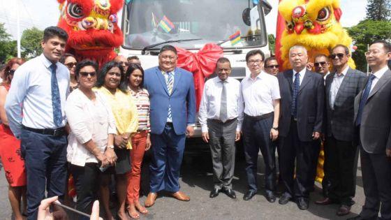 Changzhou offre deux camions-poubelles à Beau-Bassin/Rose-Hill