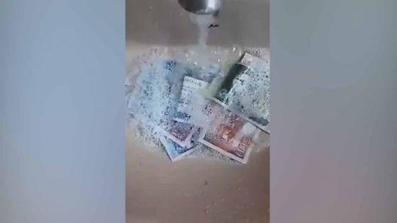 Covid-19 : il lave ses billets de banque avec de « l'eau et du savon »