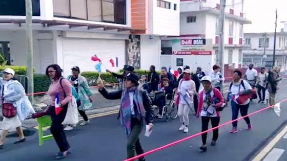 Des pèlerins réunionnais affluent vers le site de Marie Reine de la Paix, drapeau en main