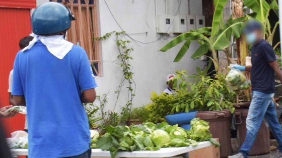 Vallée-des-Prêtres : les marchés étant fermés, des Mauriciens s'approvisionnent en légumes dans la rue