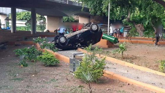 GRNO : une voiture tombe d'un pont et se retrouve les quatre roues en l'air