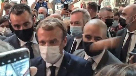 Jet d'un œuf sur le président français: l'auteur hospitalisé en établissement pychiatrique
