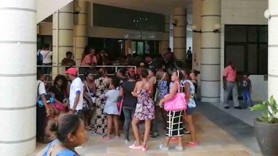 Manif à Port-Louis : plus d'une centaine de personnes réclament leurs allocations après les récentes averses
