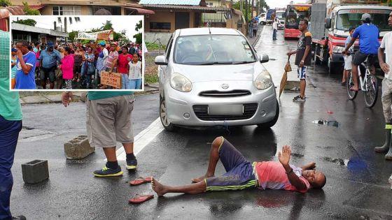 Coupures d'eau – des habitants de Résidence Atlee dans la rue
