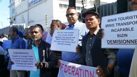 Cassis : des chauffeurs de taxi opérant dans les hôtels mobilisés devant les locaux de la NTA