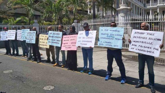 Port-Louis : des gardiens de prisons devant la Government House manifestent pour leur repas du soir