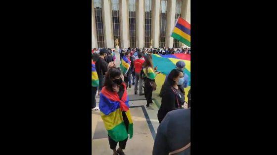Des Mauriciens manifestent à Paris en même temps qu'à Mahébourg