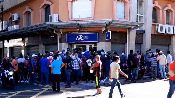 Plan d'aide aux 'Self-employed' : foule devant le siège de la MRA, intervention de la police