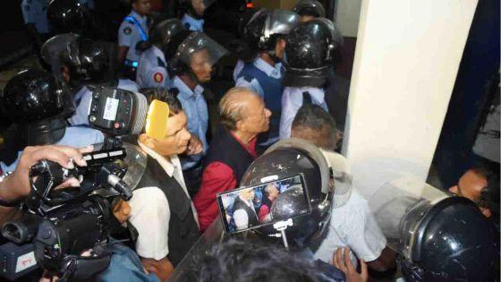 No 10 : vive tension après le retour de Ramgoolam au «counting centre» aux petites heures ; le leader du PTr a dû quitter les lieux sous forte escorte policière