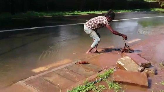 Intempéries : un homme réagit face à l'accumulation d'eau à Baie-Du-Tombeau