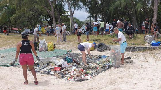 110 kg de déchets récoltés en plus d'une heure à Blue Bay