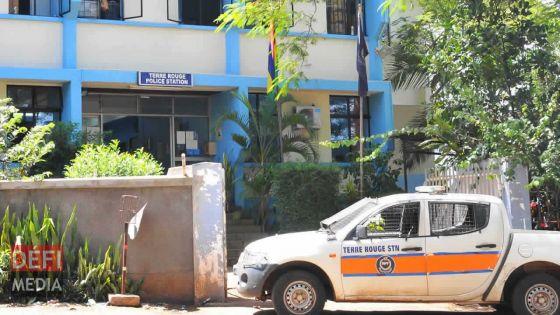 Vol de voiture à Terre-Rouge : deux suspects arrêtés alors qu'ils tentaient de vendre le véhicule volé aux policiers!