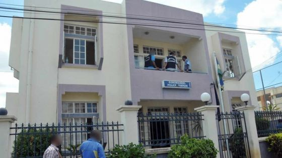 Coromandel : un commerçant lance des projectiles sur deux policiers avant de les agresser