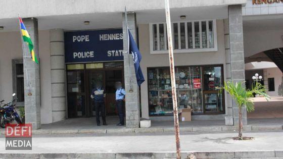 Arrêté pour 'Breach of Protection Order' en sortant du tribunal