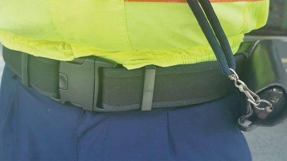 Nouveaux uniformes de la police : les ceintures pas appropriées