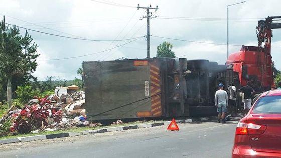 La Vigie : un camion benne à ordures ménagères se renverse et fait un blessé