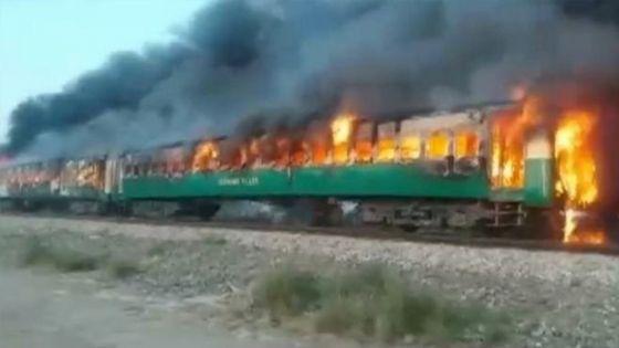 Pakistan : une explosion dans un train fait au moins 73 morts