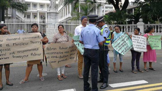 Fermeture de Palmar Ltée : des licenciés rassemblés devant l'Assemblée nationale