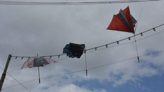 Ambiance électorale : des parasols en l'air à Saint-Julien-d'Hotman
