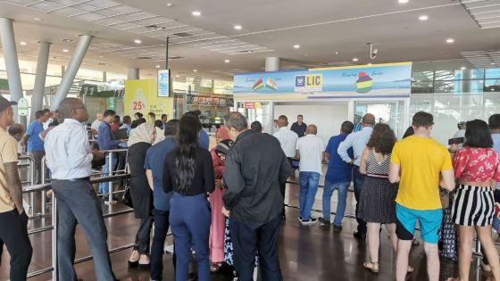 Coronavirus : les parents des douze étudiants mauriciens trépignent d'impatience à l'aéroport de Plaisance