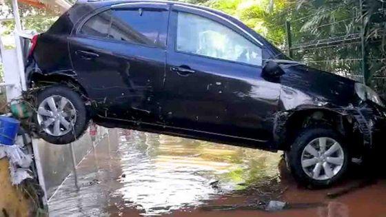 Terre Rouge - des voitures emportées par les eaux