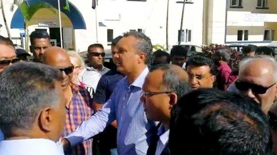 Manifestation à St-Paul : arrivée de Patrick Assirvaden et Cader Sayed Hossen au poste de police de Curepipe