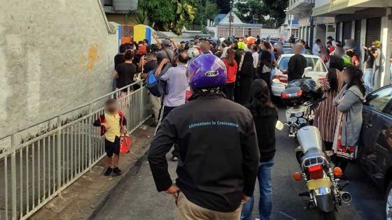 A la sortie des classes devant une école primaire de Port-Louis…