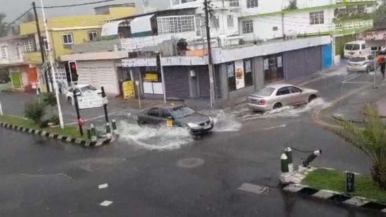[Images] Fortes pluies orageuses : les régions de Port-Louis et Quatre-Bornes touchées